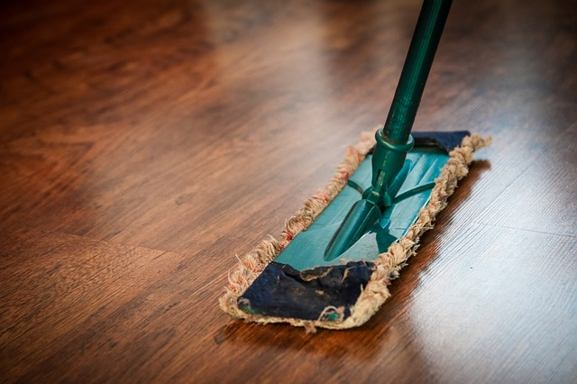 Czyszczenie podłogi drewnianej mopem